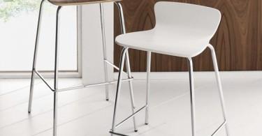 Высокие деревянные барные стулья на хромированных ножках