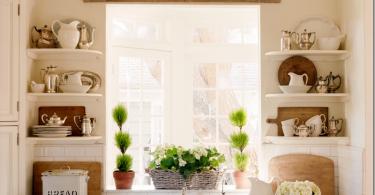 Открытые полки у окна в интерьере кухни