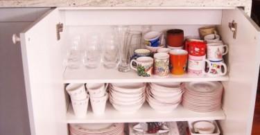 Открытый сервант с посудой