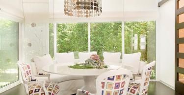 Мягкие кресла с цветными принтами в интерьере кухни
