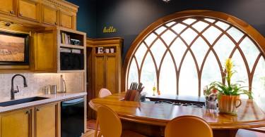 Круглое панорамное окно в интерьере классической кухни