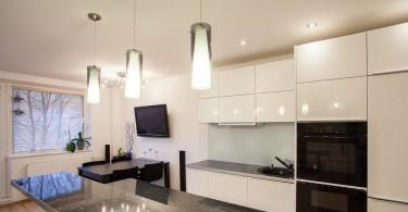 Светодизайн кухни: белые подвесные светильники