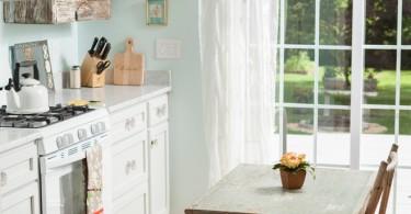 Элегантный интерьер кухни с отреставрированной мебелью