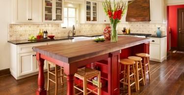 Массивный стол красного дерева в интерьере кухни