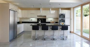 Интерьер просторной кухни в светлых тонах