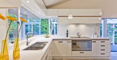 Элегантный дизайн интерьера светлой кухни