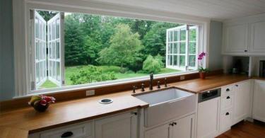 Кухонная раковина под окном в интерьере кухни