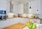 Яркие цветные акценты в в скандинавском стиле интерьера кухни