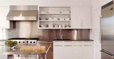 Интерьер кухни с фартуком из нержавеющей стали