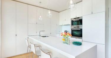 Стильный остров в интерьере белоснежной кухни