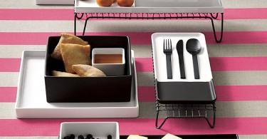 Десерты и фрукты на полосатой скатерти