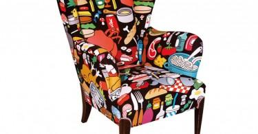 Яркое разноцветное кресло с принтом нарисованных продуктов и сладостей