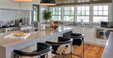 Красивые барные стулья с чёрно-белым принтом
