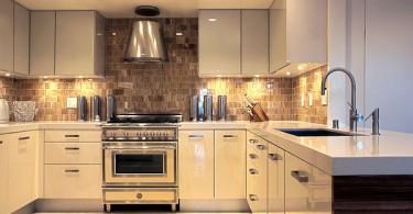 Современный дизайн кухни с подсветкой столешниц