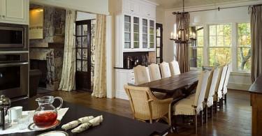 Деревянный обеденный стол в интерьере кухни-столовой