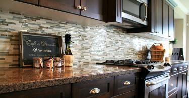 Дизайн кухонного фартука в коричневых тонах