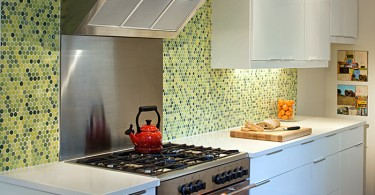 Стильный кухонный фартук, декорированный плиткой зелёных оттенков