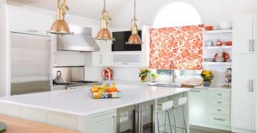 Яркие акценты в белом интерьере кухни
