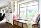 Дизайн низкого подоконника в кухне