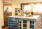 Стильный холодильник для хранения вина в интерьере кухни