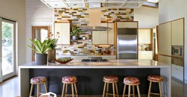 Яркое оформление кухонного фартука разноцветной плиткой