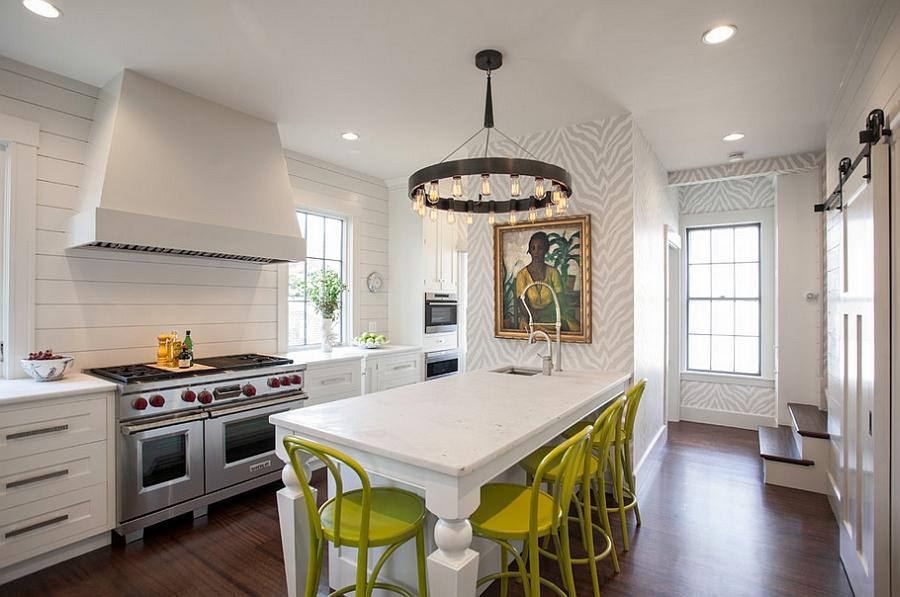 Креативные обои в стильном интерьере кухни от New England Design Works