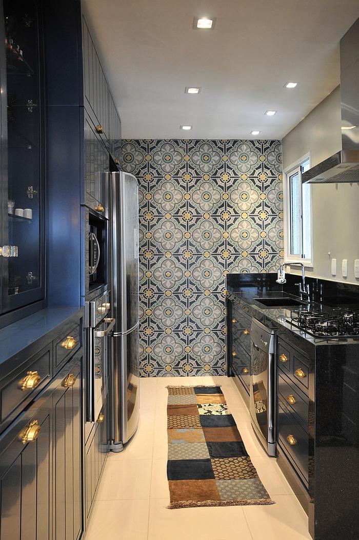 Креативные обои в стильном интерьере кухни от Elegueller Arquitetos