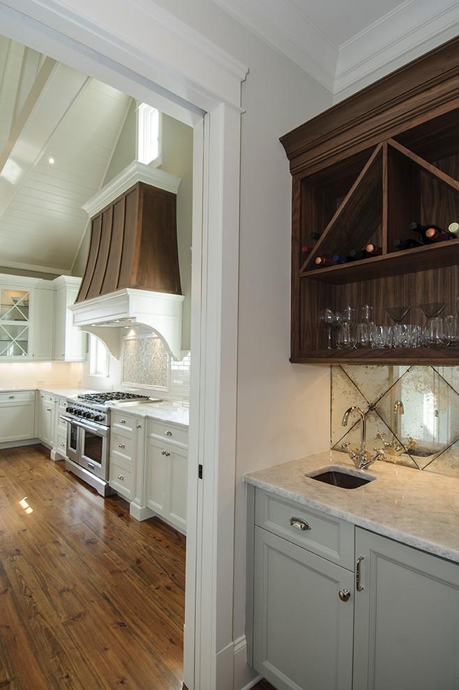 Потрясающий дизайн зеркального фартука в интерьере кухни