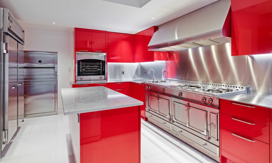 Глянцевые фасады мебели на кухне
