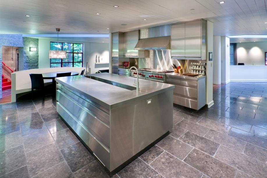 Металлическая мебель на кухне