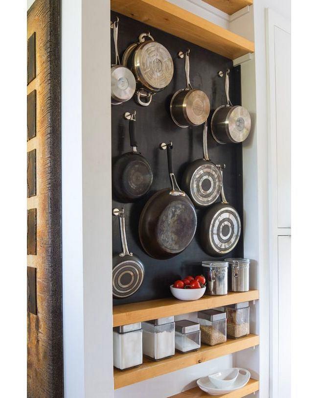 Черная стеновая панель для хранения сковород