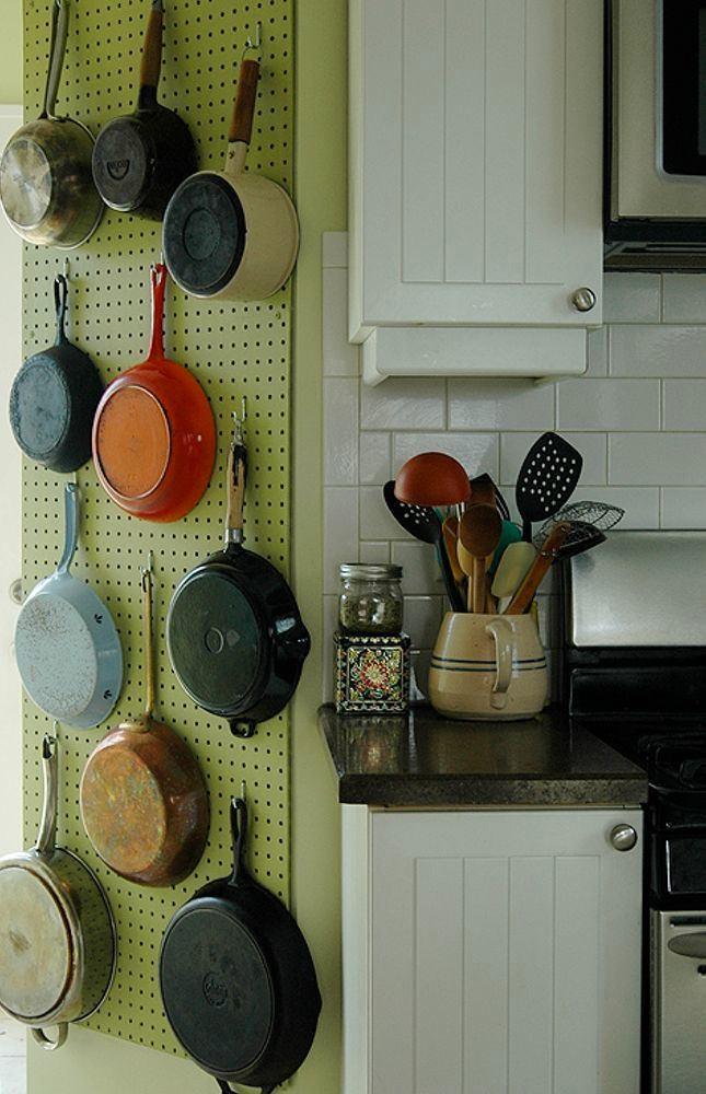 Зеленая стеновая панель для хранения сковород