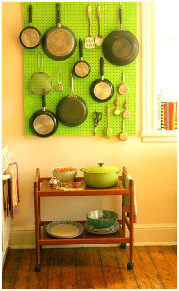 Салатовая стеновая панель для хранения сковород