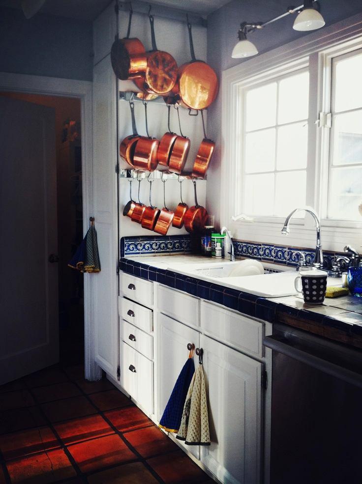 Хранения сковород на боковой части кухни