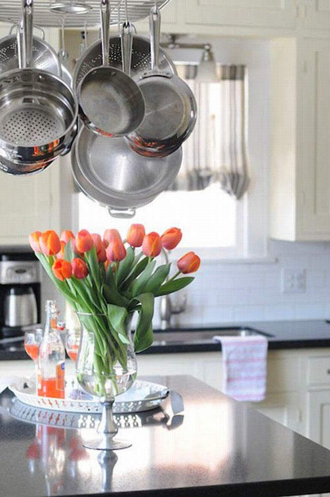 Хранения сковород над кухонный островом