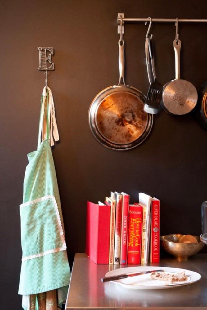 Серая штанга для хранения сковород