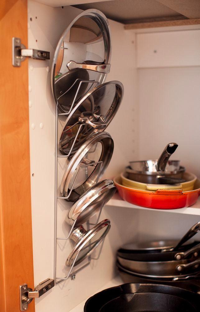 Полки из металла на дверце шкафа для хранения крышек