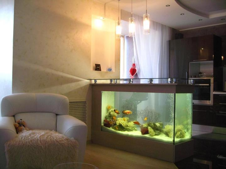 Барная стойка со встроенным аквариумом в интерьере кухни-студии