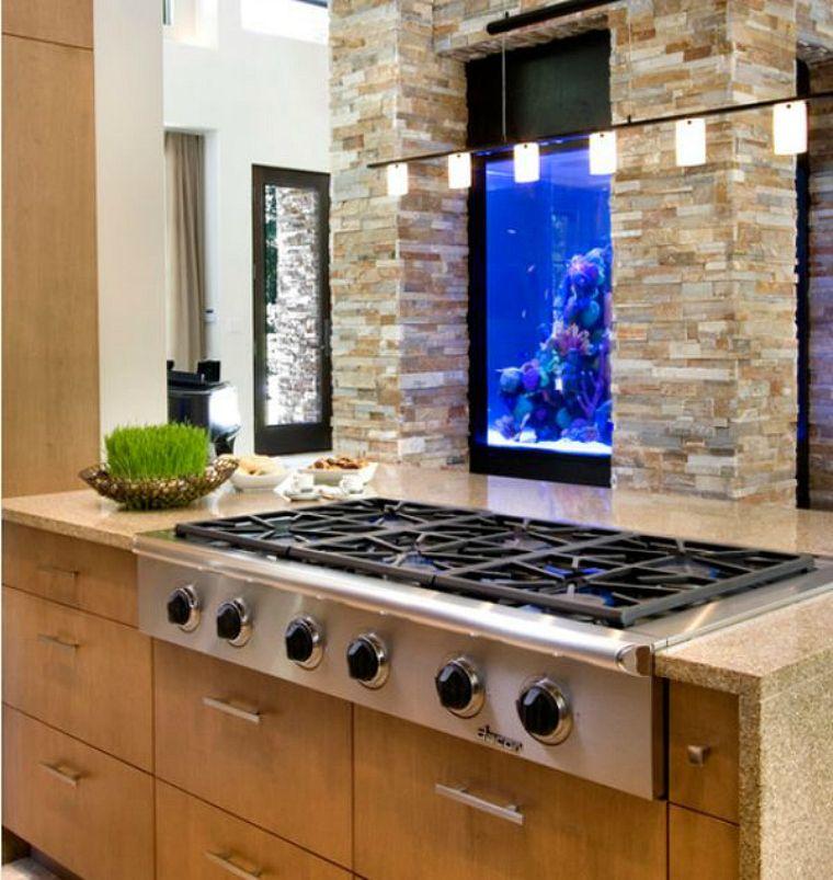 Потрясающий аквариум в интерьере кухни