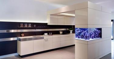 Стильный дизайн интерьера кухни с великолепным аквариумом