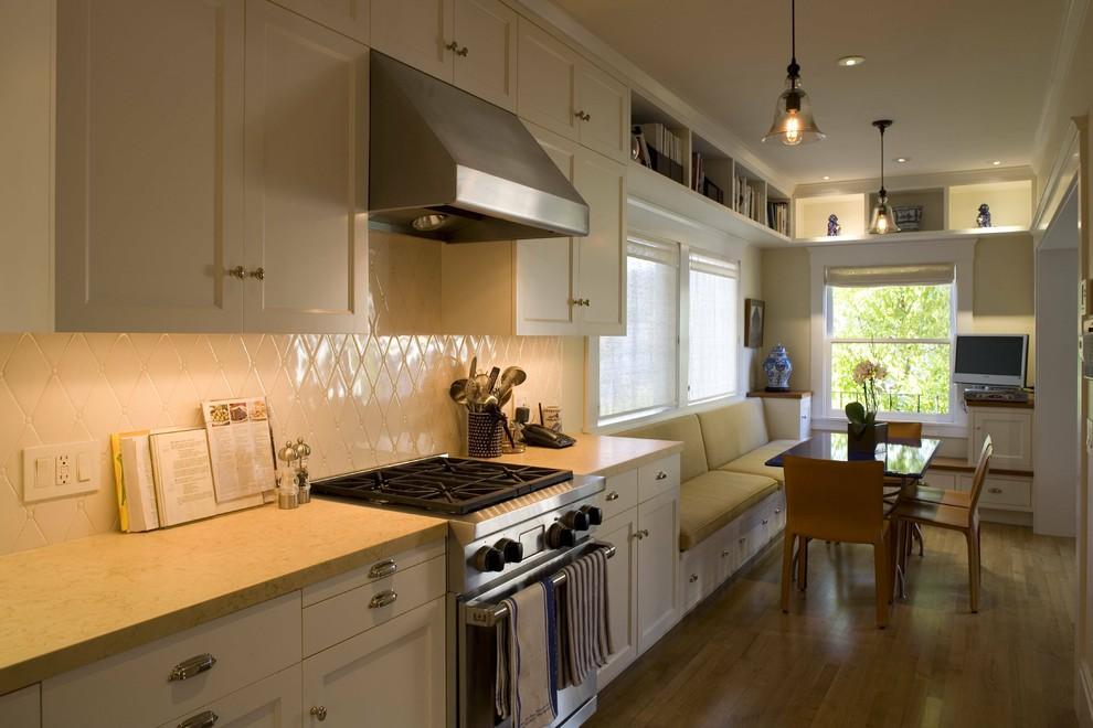 Мягкий уголок с белым матрацом на кухне