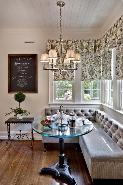 Банкетка в интерьере кухни с очаровательным декором