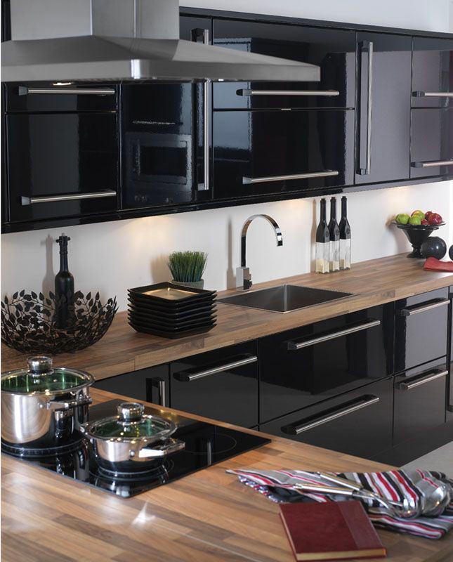 Глянцевая мебель в интерьере кухни черного цвета