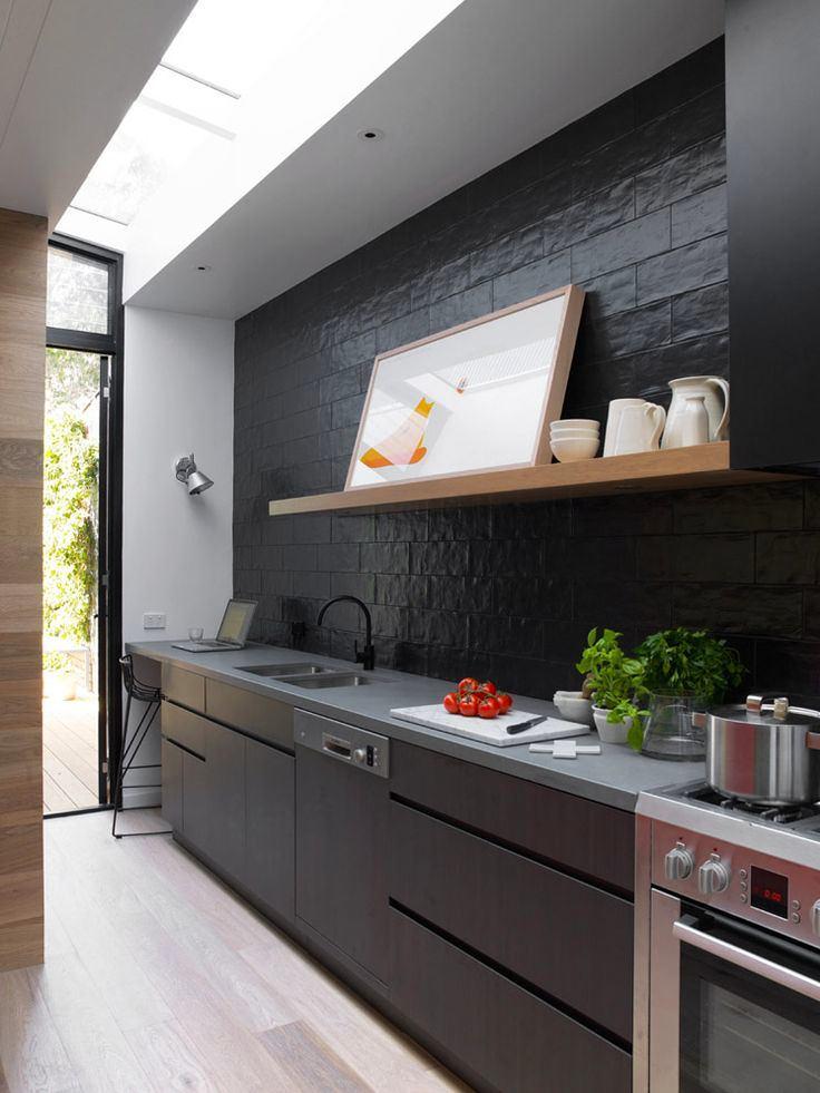 Черный фартук и кухонная мебели