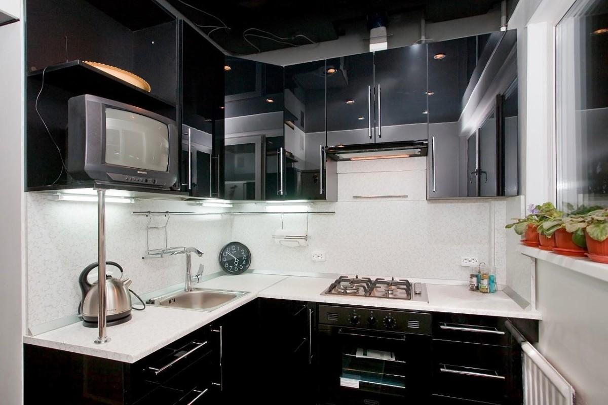 Черная мебели на маленькой кухне