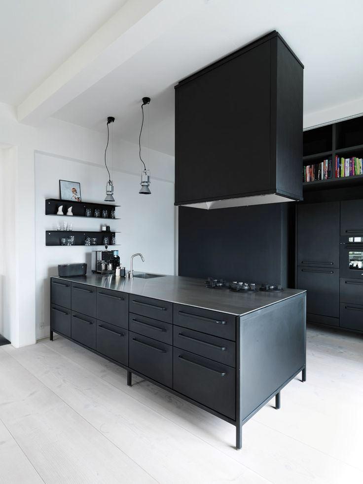 Кухонный остров в черном цвете
