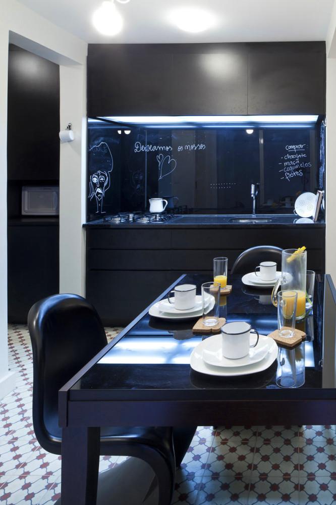 Черная кухня и обеденный стол