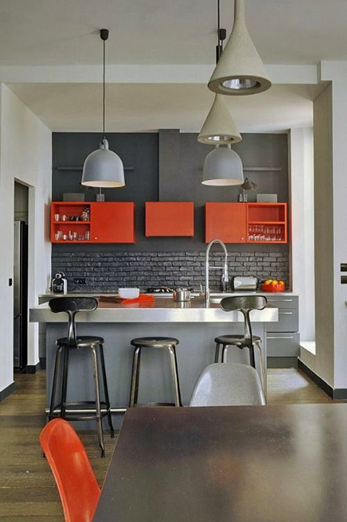 Сочетания серого и красного в оформлении кухни
