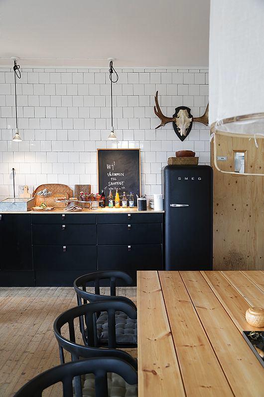 Кухонная мебель и холодильник в черном цвете