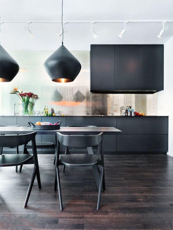 Черные стулья и гарнитур на кухне